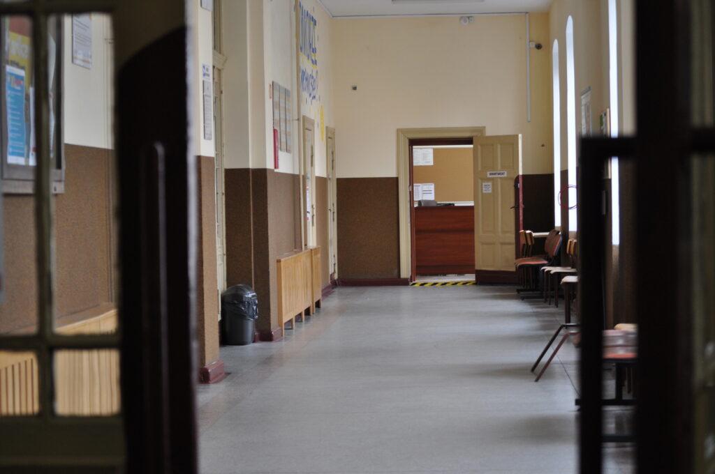 Zdjęcie przedstawia hol, na końcu którego mieści się sekretariat.