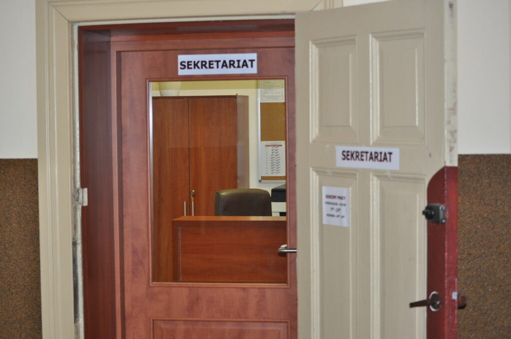 Zdjęcie przedstawia wejście do sekretariatu.
