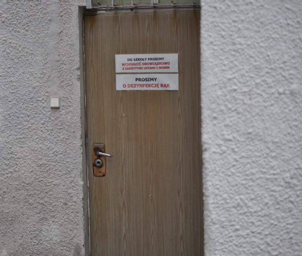 Zdjęcie przedstawia wejście do szkoły od ulicy Waryńskiego (przejście w świetle budynku nr 8-8A od podwórka).