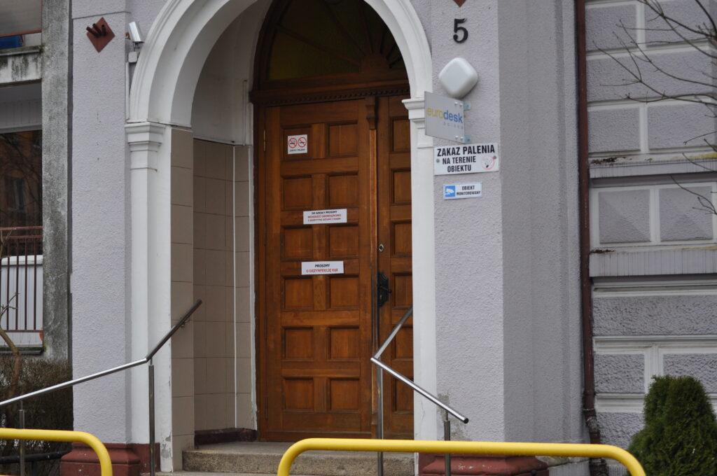 Zdjęcie przedstawia wejście główne do siedziby szkoły, od ulicy Piastowskiej nr 5.