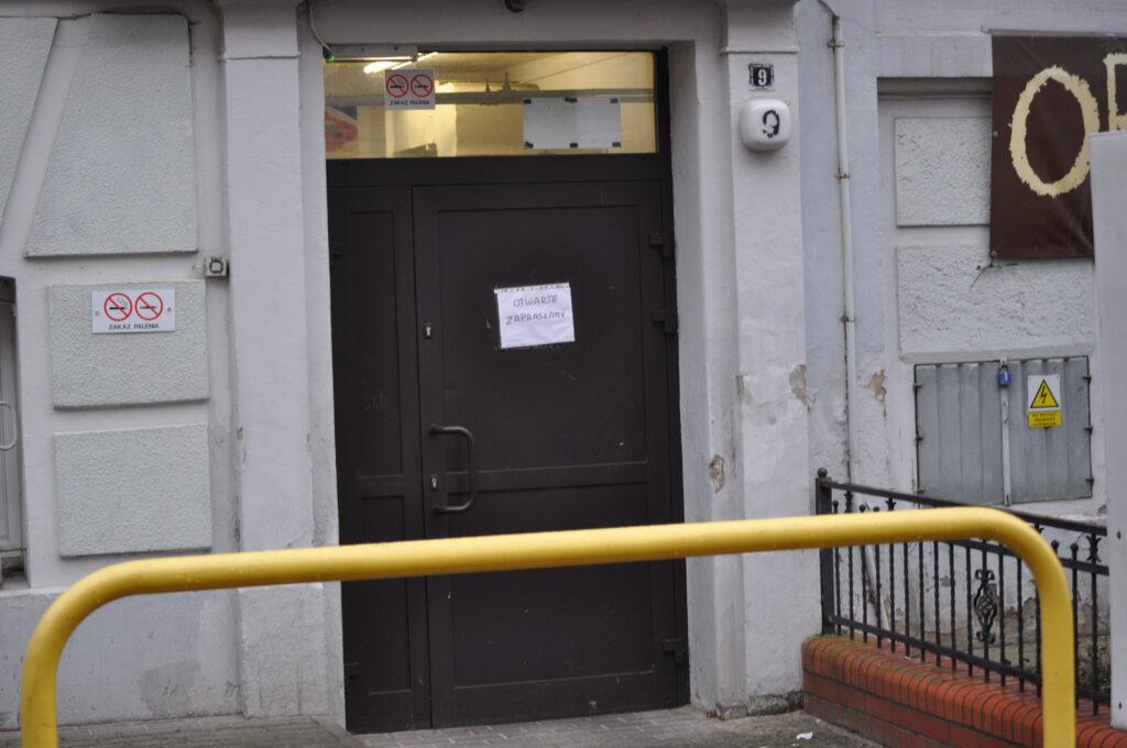 Zdjęcie przedstawia wejście od ulicy ul. Piastowskiej.