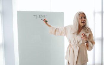 Zdjęcie poglądowe przedstawiające nauczycielkę przy tablicy