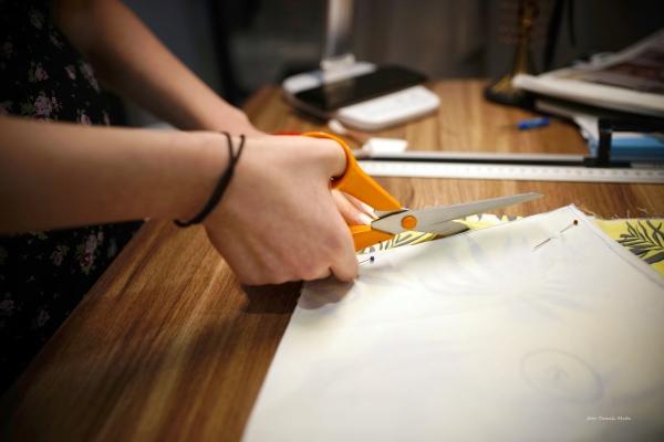 Zdjęcie przedstsawiające wnętrze zakładu krawieckiego  - Atelier Mody Pracownia krawiecko-projektowa w Kołobrzegu