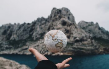 Zdjęcie poglądowe- globus na tle gór