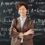 Zdjęcie przedstawiające nauczyciela przy tablicy