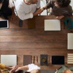 Zdjęcie poglądowe przedstawiające grupę ludzi w tracie narady.