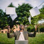 Zdjęcie poglądowe przedstawiające mężczyznę rzucającego dokumenty