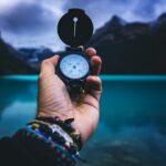 Zdjęcie przedstawiąjace dłoń z kompasem